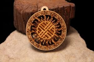 Какими магическими свойствами обладают славянские обереги из дерева? Как сделать амулет своими руками?