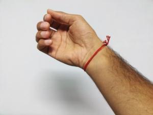 Как правильно завязать красную нить на запястье для защиты от сглаза? Как ухаживать за оберегом?