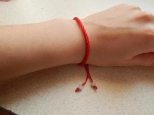 Изготовление защитных оберегов из ниток своими руками. Как правильно завязывать амулет на запястье?
