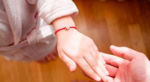 Какие молитвы читать при завязывании и ношении на запястье красной нити с 7 узлами? Что произносить при снятии?